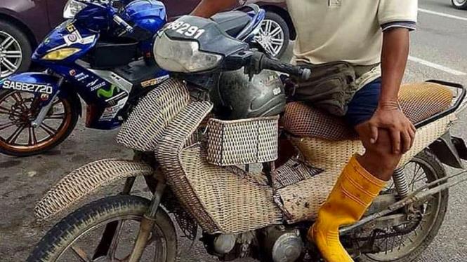 Bodi sepeda motor terbuat dari rotan.