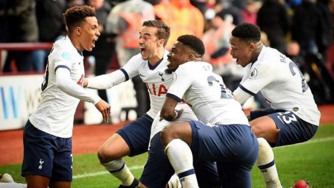 Para pemain Tottenham Hotspur merayakan gol