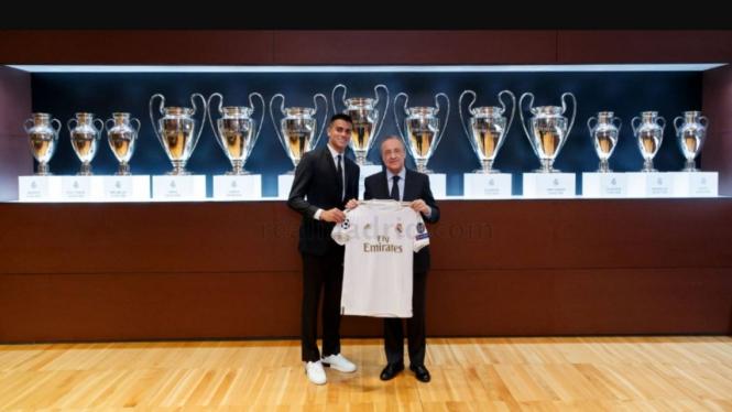 Presiden Real Madrid, Florentino Perez bersama pemain baru Madrid, Reinier Jesus