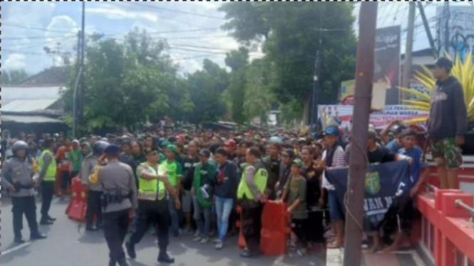Polisi saat amankan sejumlah oknum suporter Persebaya di Blitar.