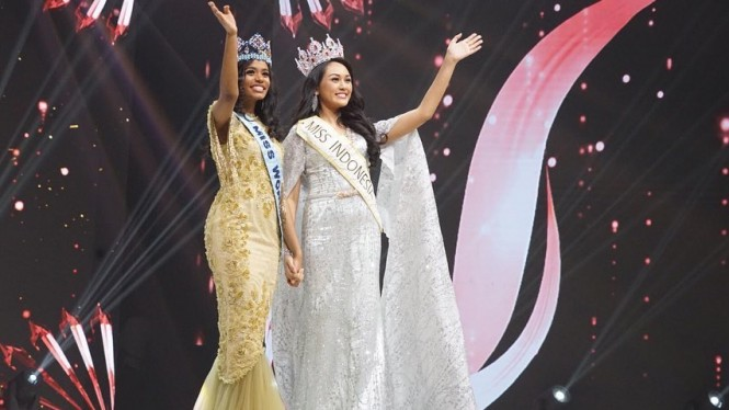 Miss Indonesia 2020 Carla Yules bersama Miss World 2019 Toni-Ann Singh