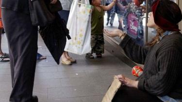 https://thumb.viva.co.id/media/frontend/thumbs3/2020/02/21/5e4f598d178d3-makin-banyak-orang-miskin-di-australia-akibat-pengangguran-dan-mahalnya-rumah_375_211.jpg