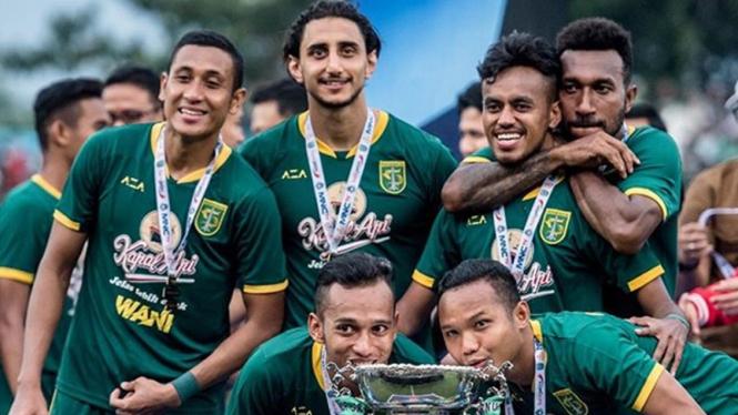 Pemain Persebaya Surabaya merayakan juara Piala Gubernur Jatim 2020