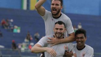 Pemain Persija Jakarta, Marko Simic dan Marco Motta rayakan gol