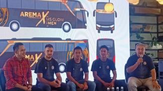Arema FC dengan bus baru.