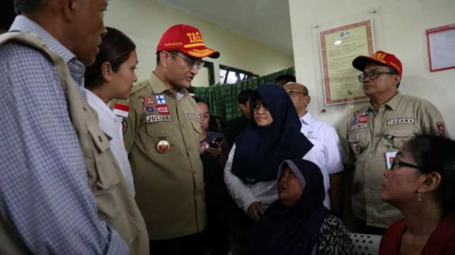 Menteri Sosial Sosial Juliari P. Batubara meninjau dan menyerahkan santunan untu