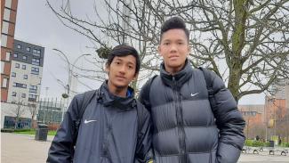 Kiper Garuda Select, Risky Sudirman (kanan) bersama Bramdani