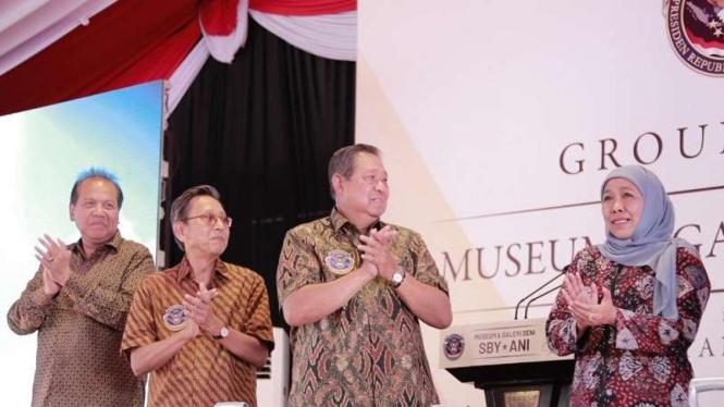 SBY (tengah) dan Gubernur Khofifah Indar Parawansa di groundbreaking Museum SBY-Ani di Pacitan. (Foto dokumen).
