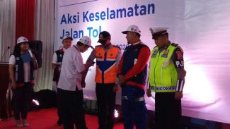 Kampanye aksi keselamatan Jalan Tol di Tol Kanci, Jawa Barat.