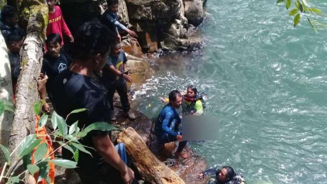 Proses pencarian mahasiswi hilang di sekitar air terjun, di Maros, Sulsel.