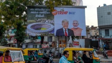 https://thumb.viva.co.id/media/frontend/thumbs3/2020/02/24/5e539e944a7ba-india-menyembunyikan-daerah-kumuhnya-sebelum-kunjungan-trump-inilah-mengapa-upaya-serupa-merupakan-bagian-dari-tren-global_375_211.jpg