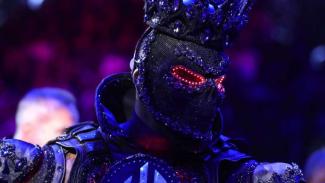 Wilder mengenakan jubah hitam