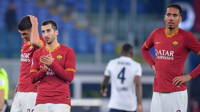 Penggawa AS Roma, Henrikh Mkhitaryan  (kiri) dan Chris Smalling