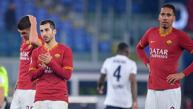 Penggawa AS Roma, Henrikh Mkhitaryan  (kiri) dan Chris Smalling