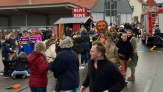 Warga berlarian menyelamatkan korban luka di karnval Kota Volkmarsen, Jerman.