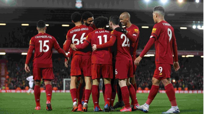 Para pemain Liverpool rayakan gol.