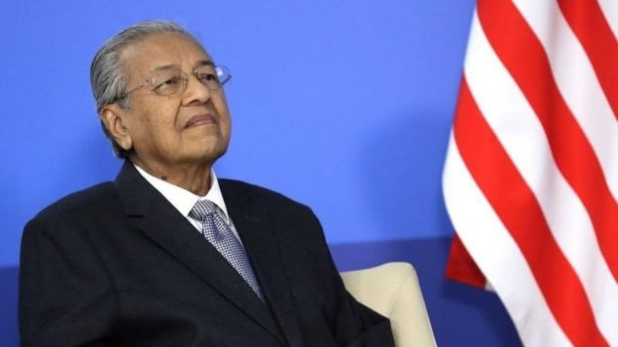 Perdana Menteri (PM) Malaysia Mahathir Mohamad menyerahkan surat pengunduran diri kepada raja Malaysia Senin (24/02). - MIKHAIL METZEL/GETTY