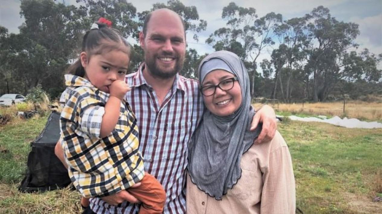 Joseph Hartley menanam padi di sebuah lahan di Tasmania untuk membahagiakan istrinya dari Brunei Darussalam, Hawa.