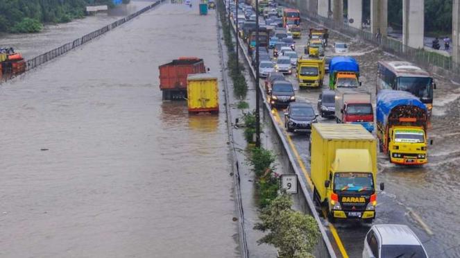 Tol Jakarta-Cikampek banjir di Jatibening Bekasi, Jawa Barat, Selasa (25/2/2020)