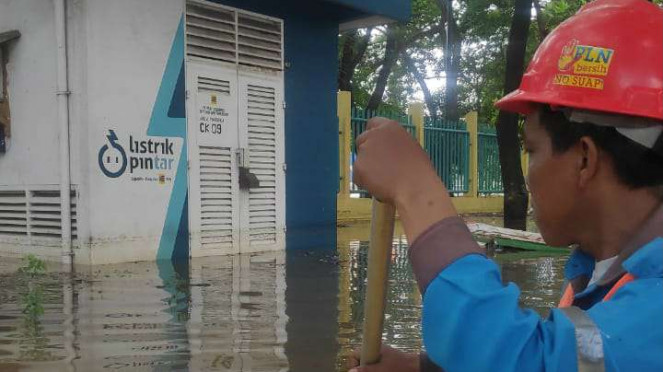 Petugas PLN memadamkan gardu listrik akibat banjir yang melanda Jakarta dan sekitarnya.