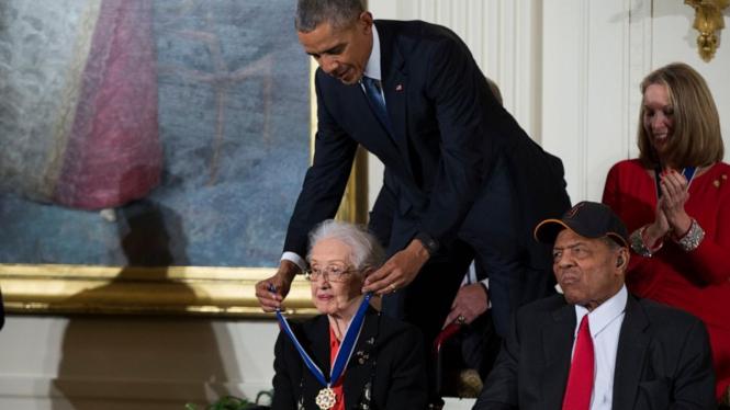 Katherine Johnson mendapat penghargaan dari Presiden AS Barack Obama di Gedung Putih pada 2015.