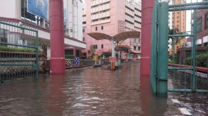 Kompleks pertokoan di Mangga Dua Mall, Jakarta Pusat, juga terdampak banjir pada