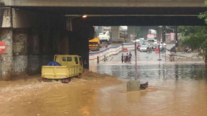 Banjir di kolong jembatan tol JORR Kalimalang, Bekasi, Jawa Barat.