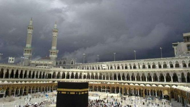 Langit gelap di Kota Suci Mekkah.