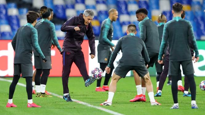Pelatih Barca, Quique Setien, sedang memimpin latihan