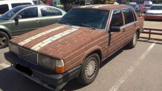 Volvo yang bodinya dilapisi batu bata