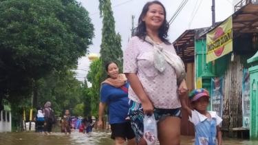https://thumb.viva.co.id/media/frontend/thumbs3/2020/02/26/5e5558649c9b4-banjir-jakarta-dan-cerita-warga-tak-ada-peringatan-dini-dan-menghadapi-kemungkinan-banjir-lagi_375_211.jpg