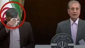 Harirchi mulai menunjukkan gejala terjangkit corona di konferensi pers.