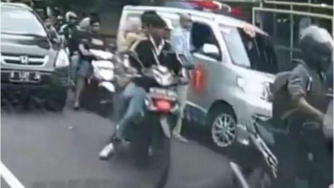 Viral video pria pukuli sopir ambulans