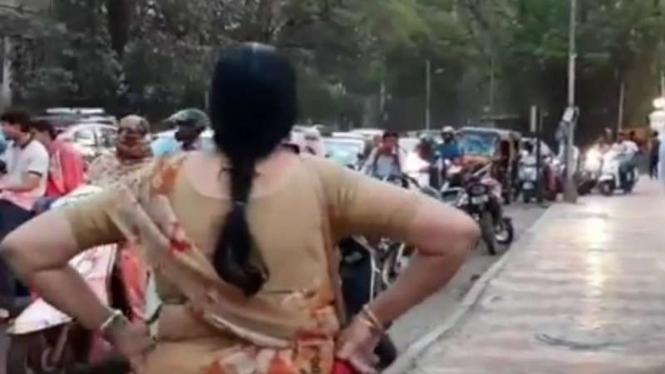 Emak-emak jaga trotoar.