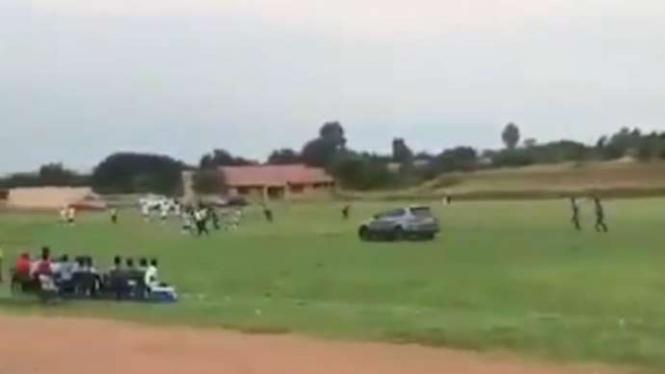 Mobil SUV kejar-kejar wasit tengah lapangan bola.