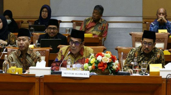Menteri Agama Fachrul Razi (tengah) mengikuti rapat kerja dengan Komisi VIII DPR