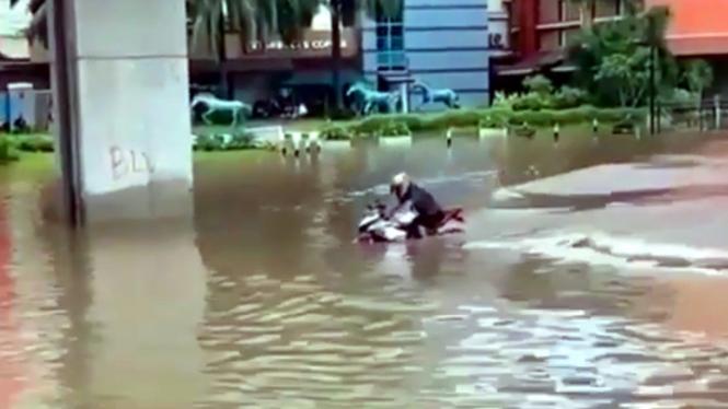 Motor sport menerobos banjir di Jakarta