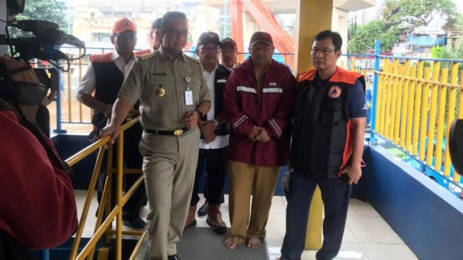 Gubernur DKI Jakarta, Anies Baswedan, memantau pintu air Manggarai