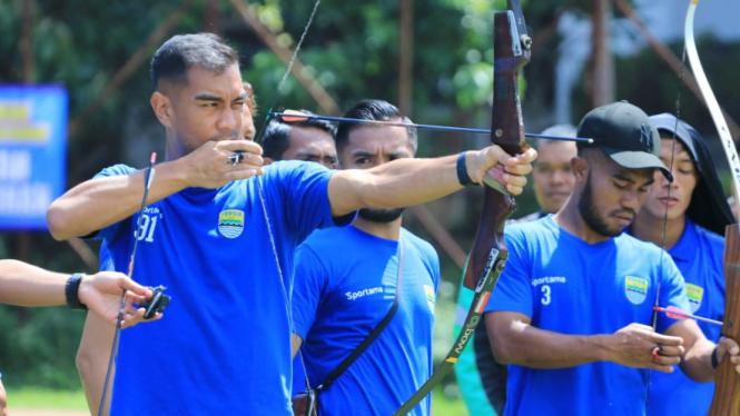 Para pemain Persib Bandung unjuk kemampuan memanah