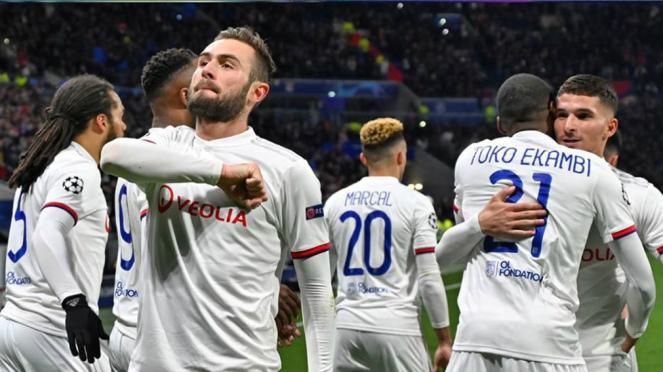 Selebrasi para pemain Lyon cetak gol ke gawang Juventus