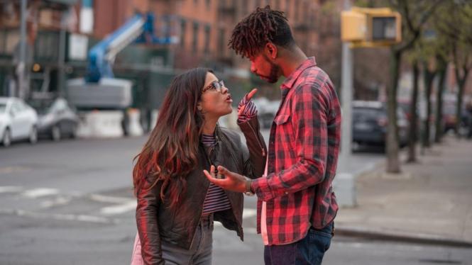 Ilustrasi pasangan berantem di film Someone Great.