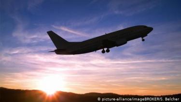 https://thumb.viva.co.id/media/frontend/thumbs3/2020/02/27/5e5744c581720-kiat-sehat-selama-terbang-dalam-pesawat_375_211.jpg