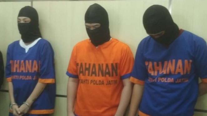 Tiga tersangka pembobolan kartu kredit di Markas Polda Jatim di Surabaya.