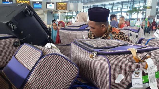 Ribuan jemaah umrah tertahan di Bandara Soekarno Hatta.