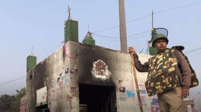 Polisi India menjaga lokasi kerusuhan di New Delhi (BBC)
