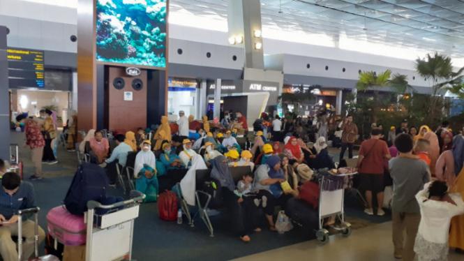 Akibat Pemerintah Arab Saudi hentikan kunjungan umrah ke Tanah Suci, calon jemaah umrah diturunkan dari pesawat di bandara Soekarno-Hatta, Jakarta, Kamis, 27 februari 2020.