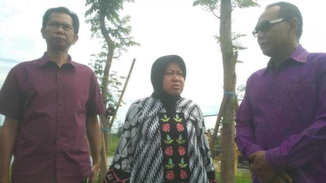 Wali Kota Surabaya Tri Rismaharini dan Ketua DPRD Bali I Nyoman Adi Wiryatama di Taman Harmoni dan PLTSa Surabaya, Jawa Timur, pada Kamis, 27 Februari 2020.