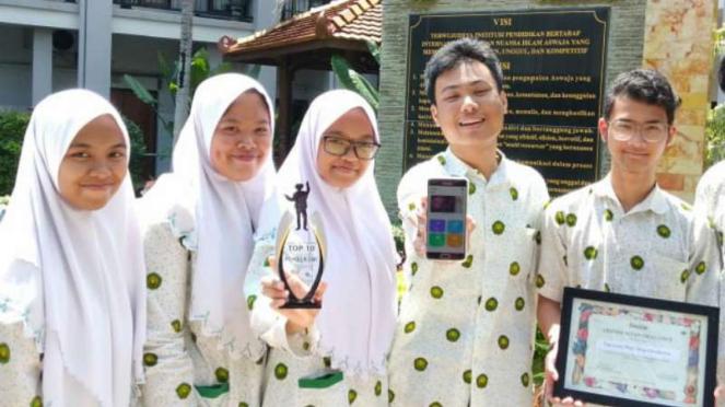 Siswa di SMA Khadijah Surabaya mempraktikkan cara kerja aplikasi Care With Straa