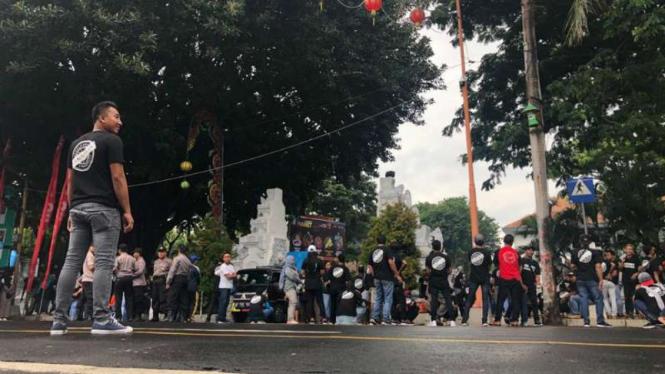 Massa pendukung tambang emas Tumpang Pitu beraksi di Surabaya.