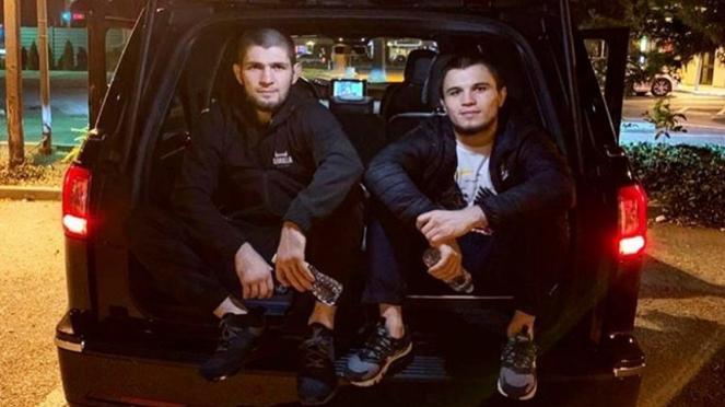 Khabib Nurmagomedov bersama Umar Nurmagomedov